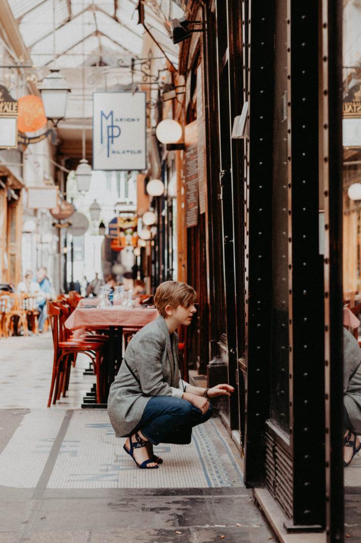 Elsa-Couteiller-Photographie-elsamichellelaurablanche.com-séance-photos-lifestyle-Paris-passage-des-panoramas-passage-couvert-Juliette-1