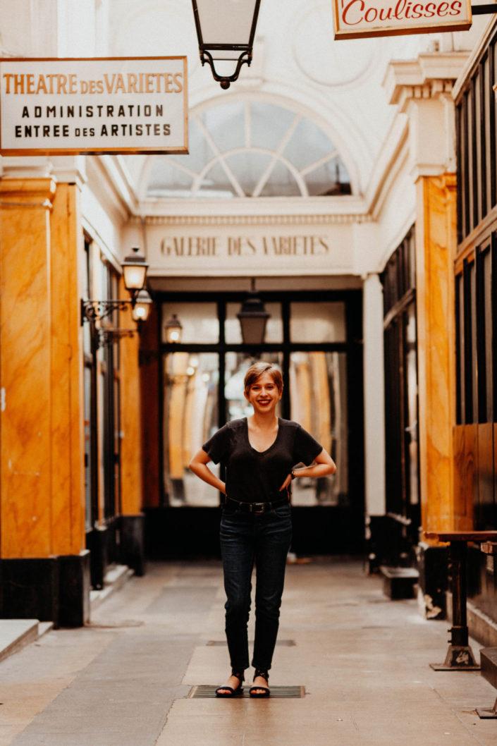 Elsa-Couteiller-Photographie-elsamichellelaurablanche.com-séance-photos-lifestyle-Paris-passage-des-panoramas-passage-couvert-Juliette-11
