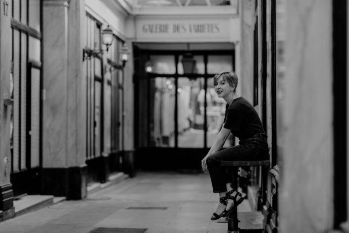 Elsa-Couteiller-Photographie-elsamichellelaurablanche.com-séance-photos-lifestyle-Paris-passage-des-panoramas-passage-couvert-Juliette-16