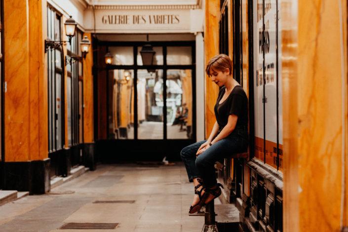Elsa-Couteiller-Photographie-elsamichellelaurablanche.com-séance-photos-lifestyle-Paris-passage-des-panoramas-passage-couvert-Juliette-17