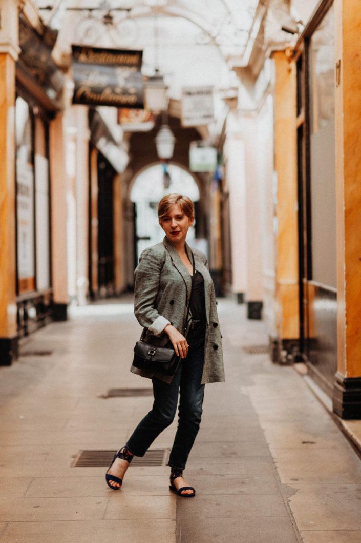 Elsa-Couteiller-Photographie-elsamichellelaurablanche.com-séance-photos-lifestyle-Paris-passage-des-panoramas-passage-couvert-Juliette-19