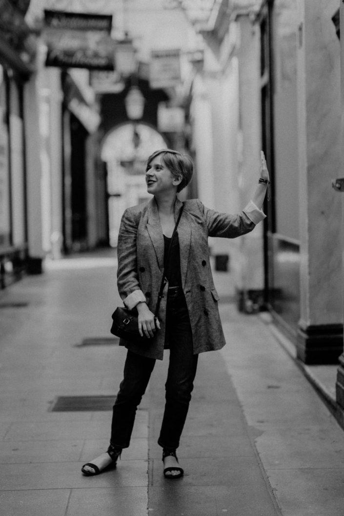 Elsa-Couteiller-Photographie-elsamichellelaurablanche.com-séance-photos-lifestyle-Paris-passage-des-panoramas-passage-couvert-Juliette-20