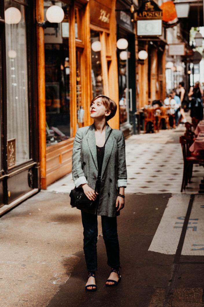 Elsa-Couteiller-Photographie-elsamichellelaurablanche.com-séance-photos-lifestyle-Paris-passage-des-panoramas-passage-couvert-Juliette-24