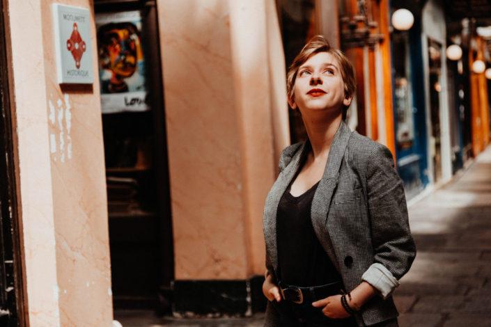 Elsa-Couteiller-Photographie-elsamichellelaurablanche.com-séance-photos-lifestyle-Paris-passage-des-panoramas-passage-couvert-Juliette-7