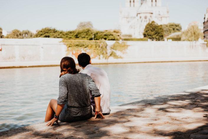 Elsa Couteiller Photographie - elsamichellelaurablanche.com - séance photos lifestyle Paris - Pont Marie - Pont de Sully - Notre-Dame de Paris - Marie - Florian - amoureux (1)