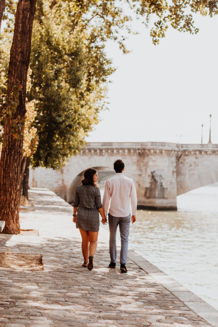 Elsa Couteiller Photographie - elsamichellelaurablanche.com - séance photos lifestyle Paris - Pont Marie - Pont de Sully - Notre-Dame de Paris - Marie - Florian - amoureux (13)