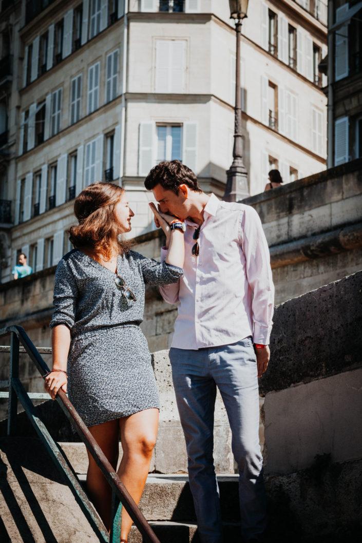 Elsa Couteiller Photographie - elsamichellelaurablanche.com - séance photos lifestyle Paris - Pont Marie - Pont de Sully - Notre-Dame de Paris - Marie - Florian - amoureux (17)