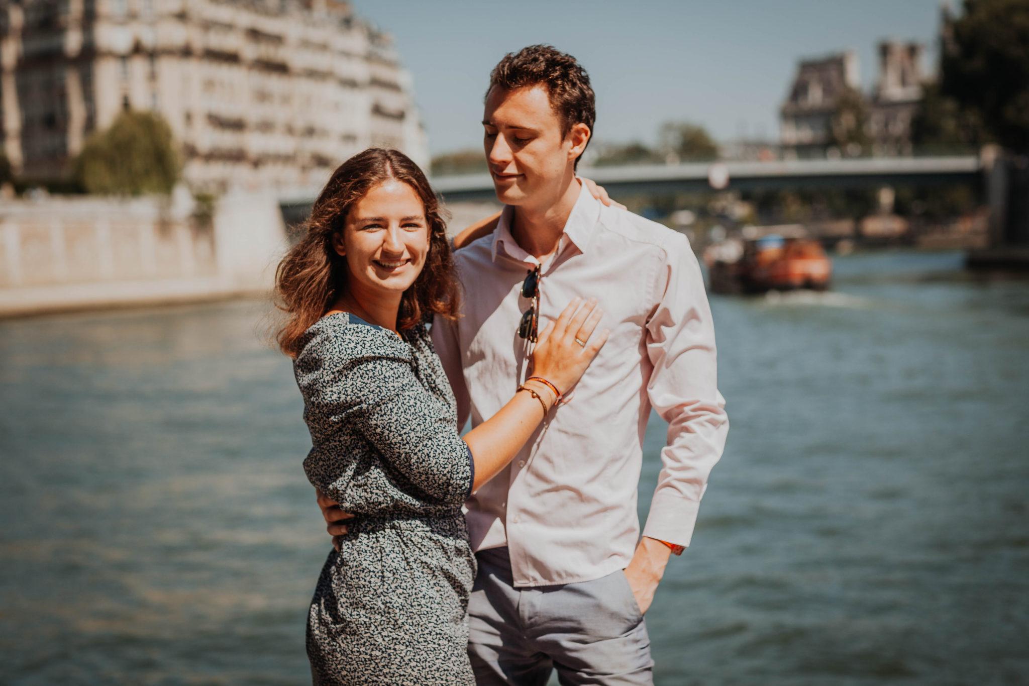 Elsa Couteiller Photographie - elsamichellelaurablanche.com - séance photos lifestyle Paris - Pont Marie - Pont de Sully - Notre-Dame de Paris - Marie - Florian - amoureux (22)