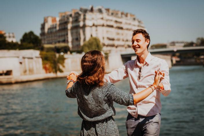 Elsa Couteiller Photographie - elsamichellelaurablanche.com - séance photos lifestyle Paris - Pont Marie - Pont de Sully - Notre-Dame de Paris - Marie - Florian - amoureux (23)