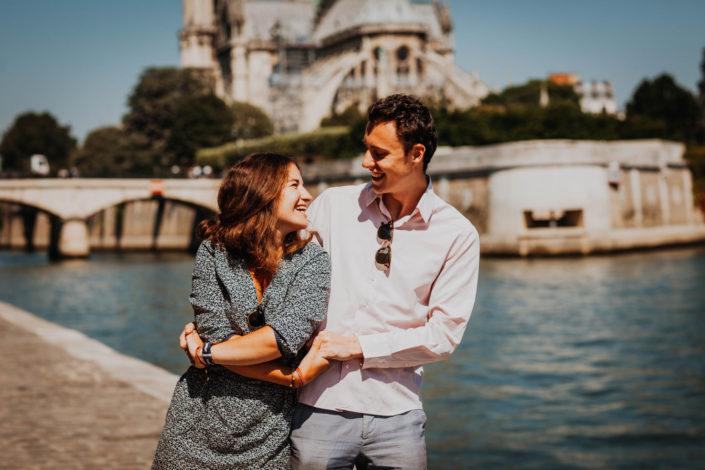 Elsa Couteiller Photographie - elsamichellelaurablanche.com - séance photos lifestyle Paris - Pont Marie - Pont de Sully - Notre-Dame de Paris - Marie - Florian - amoureux (24)