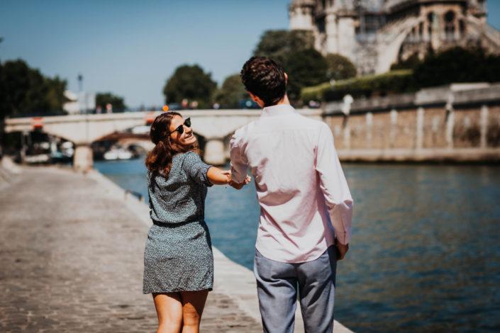 Elsa Couteiller Photographie - elsamichellelaurablanche.com - séance photos lifestyle Paris - Pont Marie - Pont de Sully - Notre-Dame de Paris - Marie - Florian - amoureux (27)
