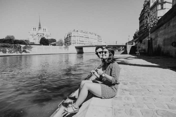 Elsa Couteiller Photographie - elsamichellelaurablanche.com - séance photos lifestyle Paris - Pont Marie - Pont de Sully - Notre-Dame de Paris - Marie - Florian - amoureux (3)
